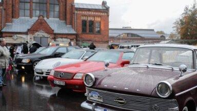 Foto: Vācu noskaņās noslēdzas klasisko spēkratu pasākumu sērija Āgenskalna tirgū