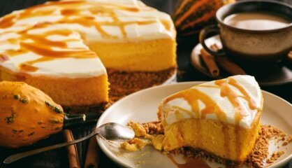 Neceptā ķirbju siera kūka ar karameļu mērci