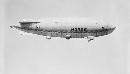 1926. gads: Amundsena brīnumainais lidojums, lidmašīna bez spārniem, dzimst Vinnijs Pūks