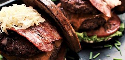 Картофель, свекла, кисло-сладкий хлеб: как приготовить три необычных латвийских бургера