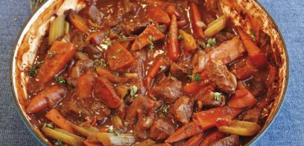 Liellopa gaļas, konservētu tomātu un sarkanvīna sautējums