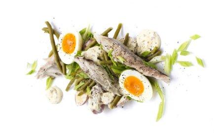 Kūpinātas skumbrijas salāti