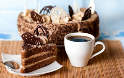 Biskvīta - kafijas un riekstu torte