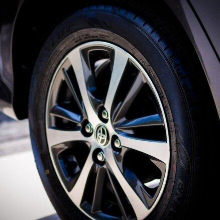 Pusvadītāju deficīta dēļ 'Toyota' septembrī par 40% samazinās ražošanas apjomu