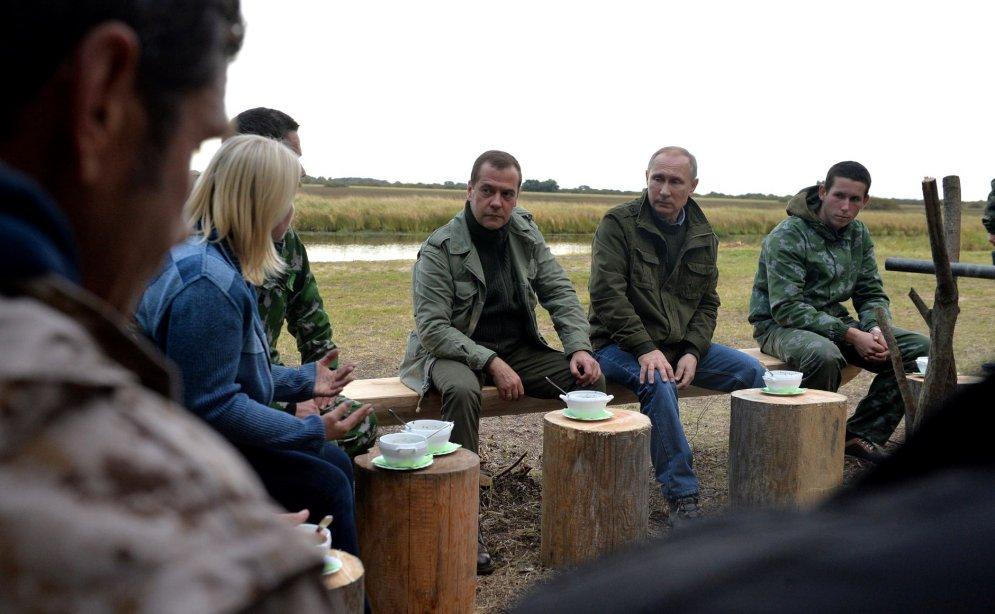 Случайная встреча Путина и Медведева с рыбаками открыла страшную русскую тайну