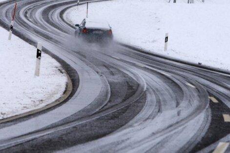 Sniegs un apledojums apgrūtina braukšanu dažviet Kurzemē un Vidzemē