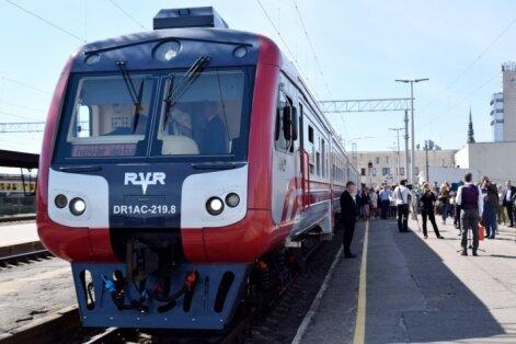 Trīs stundas kā ķīlnieki – sistēmas kļūmes dēļ pasažieri iesprūst modernizētajā vilcienā