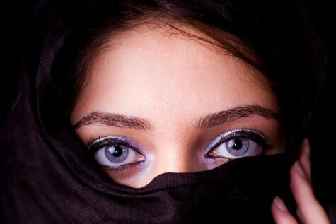 Internetu pārpludina bildes ar smukām arābu migrantēm