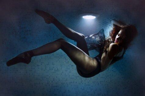 Latviešu balerīna pozē jutekliskā fotosesijā baseinā