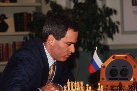 Vēsturiski kadri: Mākslīgais intelekts pirmo reizi uzvar šaha ģēniju