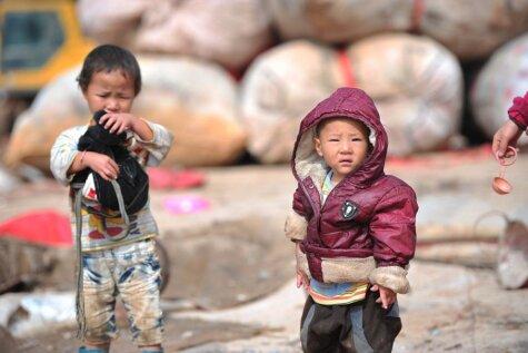 Traģiski: Ķīniešu bērni, kuri aug atkritumu kaudzēs