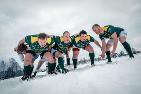 Atraktīvi foto: Izturīgi latviešu tēviņi regbija treniņā