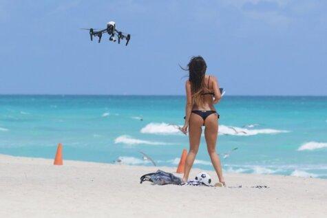 Selfiju kārotāji pavisam aptrakuši – uz pludmali dodas ar traniem