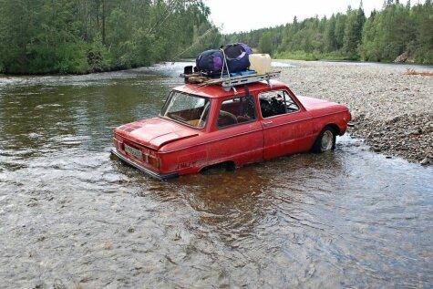Trīs krievi vecā zaporožecā dodas ekstremālā ceļojumā
