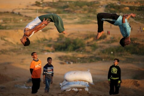 Palestīniešu puiši demonstrē savas parkūra iemaņas