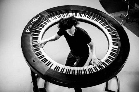Lady Gaga pianists ievieš apaļu sintezatoru