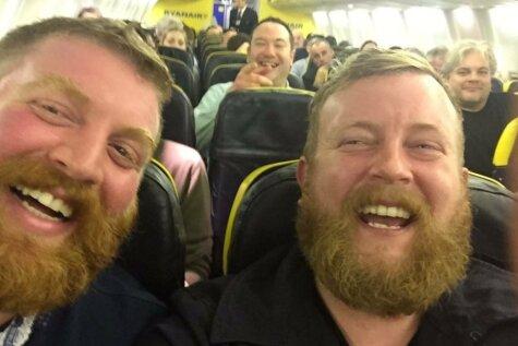 Pasažieris apsēžas blakus cilvēkam, kas izskatās gluži kā viņš pats