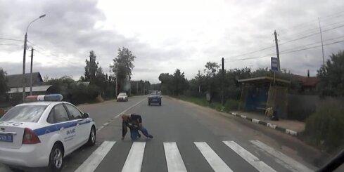 Krievijā policijas patruļauto notriec gājēju