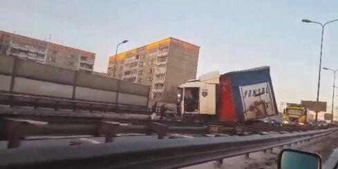 Uz Dienvidu tilta avarē kravas auto