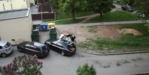 Vīrietis svešā pagalmā izgāž atkritumus