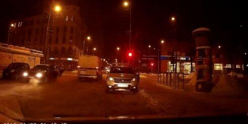 Policijas busiņš pārbrauc krustojumu pie sarkanās gaismas