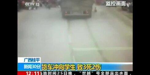 Ķīnā kravas auto ietriecas cilvēku pūlī