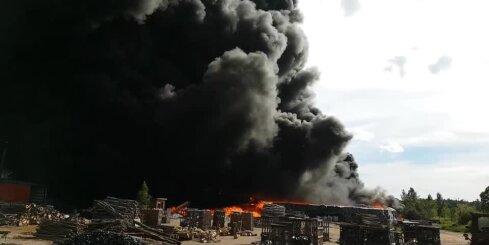 Plašā atkritumu ugunsgrēka dzēšana Jūrmalā turpinās; Ventspils šoseja joprojām slēgta