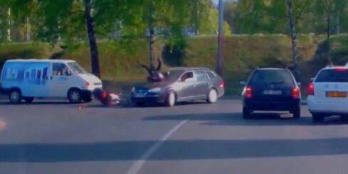 Aculiecinieka video: Auto Rīgā notriec motorolleristu