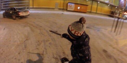 Jaunieši pie 'Spices' aiz auto vizinās ar sniegadēli