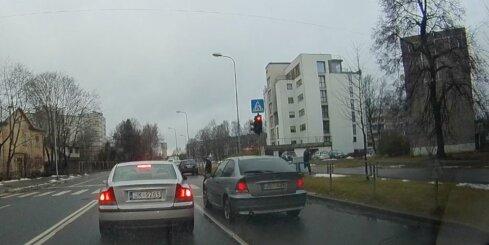 BMW uz gājēju pārejas pie sarkanās gaismas brauc virsū gājējiem