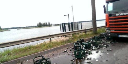 Mīlgrāvī zem tilta avarē smagais auto ar alus kravu