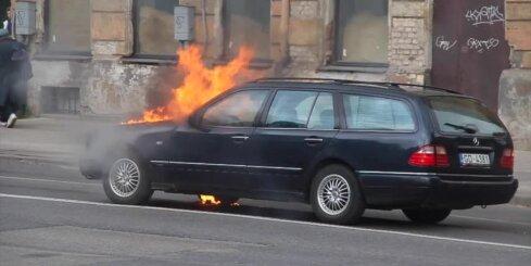 Kā Rīgas centrā sadega 'Mercedes-Benz'