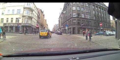 Taksometrs droši traucas pie sarkanās gaismas