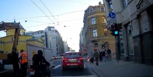 Rīgā avarē pārgalvīgs motociklists
