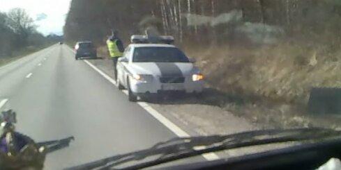 Ceļu policija kārtējo reizi pārkāpj satiksmes noteikumus