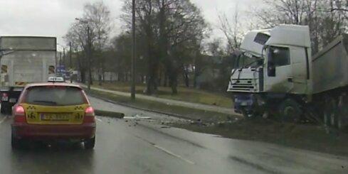Aculiecinieka video: Kravas auto Rīgā nogāž betona stabu
