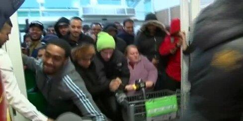 'Melnās piektdienas' haoss britu veikalā
