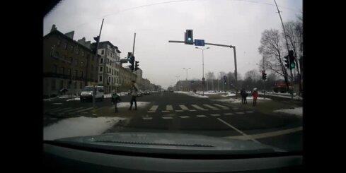 Jelgavā bērns gandrīz paskrien zem auto
