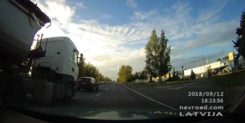 Nekaunīgs kravas auto vadītājs uz ceļa veic bīstamus manevrus