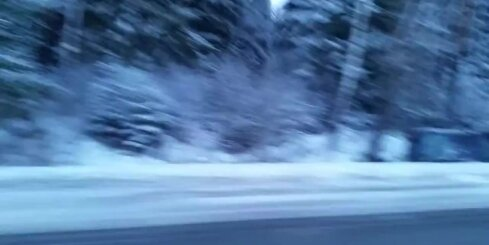 Slidenā ceļa dēļ auto ieslīd grāvī