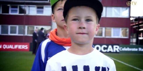 Mazie spēlētāji izved laukumā Latvijas un Nīderlandes futbola izlases