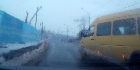 Mikroautobusa šoferis gandrīz izraisa avāriju Mūkusalas aplī