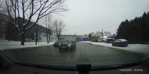 'Subaru' veic bīstamu apdzīšanu