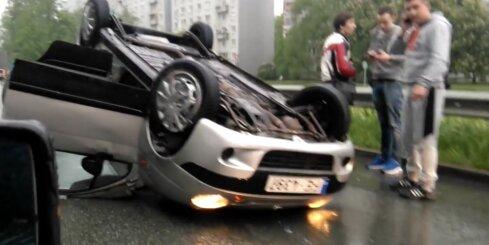 Rīgā auto apkrīt uz jumta