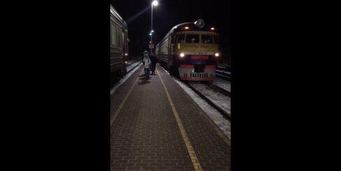 Vilciens stacijā ierodas bez ieslēgtiem papildus gaismas līdzekļiem