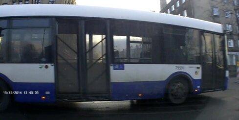 'Rīgas Satiksmes' autobuss nekaunīgi aizbrauc pie sarkanās gaismas