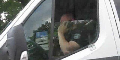 Policists pie stūres runā pa tālruni