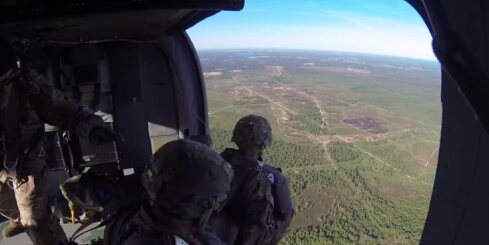 NATO karavīri desantējas Ādažos