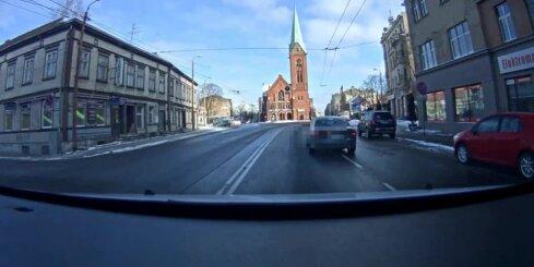 'Audi' vadītājs Rīgā izraisa negadījumu un bēg no policijas