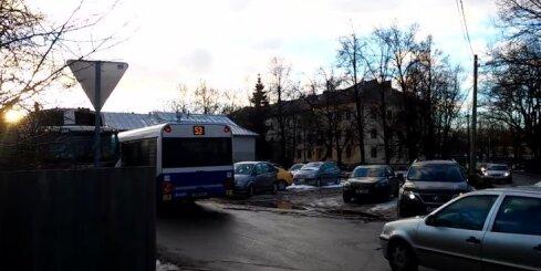 'Rīgas Satiksmes' autobuss pārkāpj noteikumus